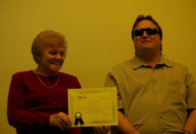 Thérèse Benoît tenant en main son certificat honorifique, aux côtés de Martin Morin, président du CCAL.