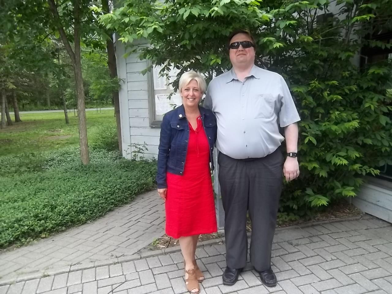 Colette Éthier et Martin Morin lors de la Semaine québécoise des personnes handicapées qui a eu lieu le 7 juin 2016 au Pavillon d'accueil du parc Michel-Chartrand situé à Longueuil.