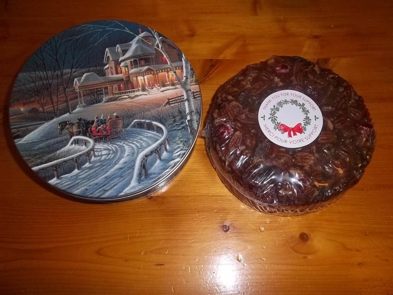 Un gâteau aux fruits et aux pacanes.