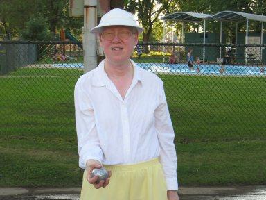 Madame Aline Morin joue à la pétanque.