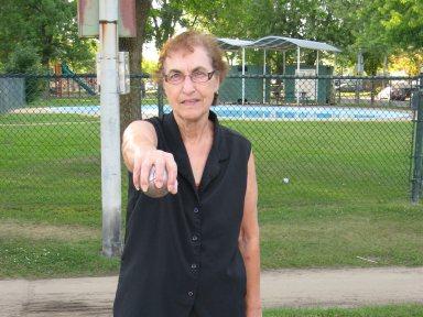 Madame Norma Cormier joue à la pétanque.