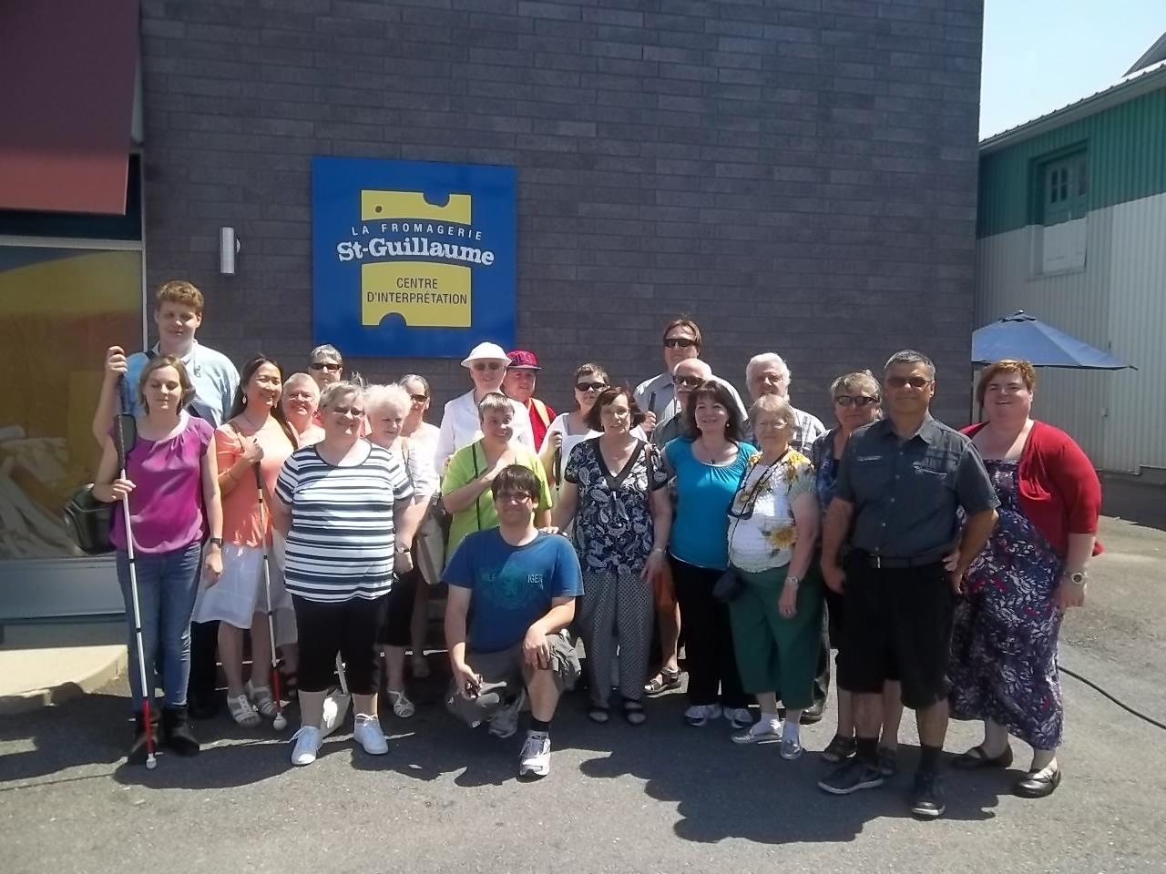 Groupe qui a participé à la visite guidée de la fromagerie Saint-Guillaume qui a eu lieu le 28 juin 2016 à Saint-Guillaume.