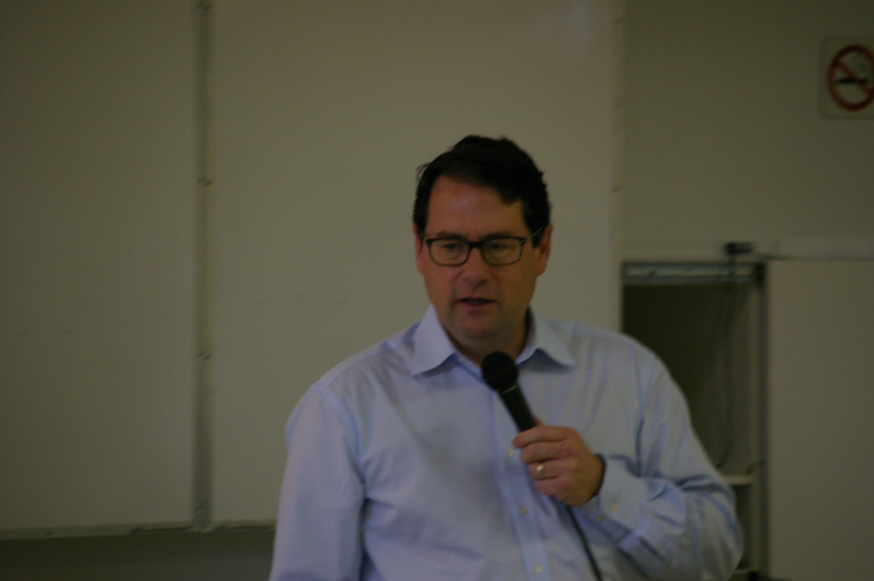 Bernard Drainville échange avec les membres lors de l'assemblée générale annuelle du 28 mai 2016.