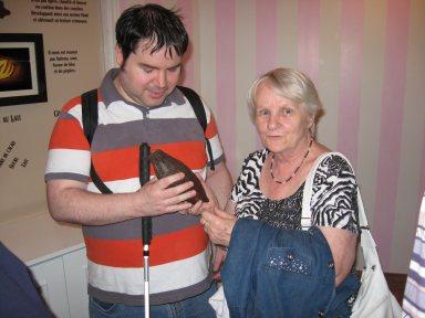 De gauche à droite il y a monsieur Éric Laverdure et madame Denise Charron. Monsieur Éric Laverdure tient entre ses mains une cabosse d'or.