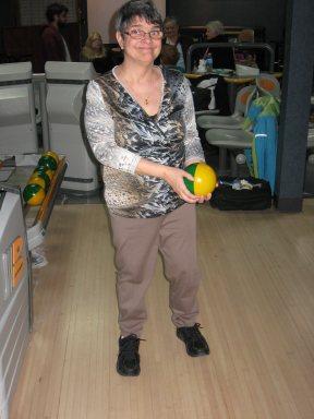 Madame Danielle Capderan se prépare à lancer une boule de quille.